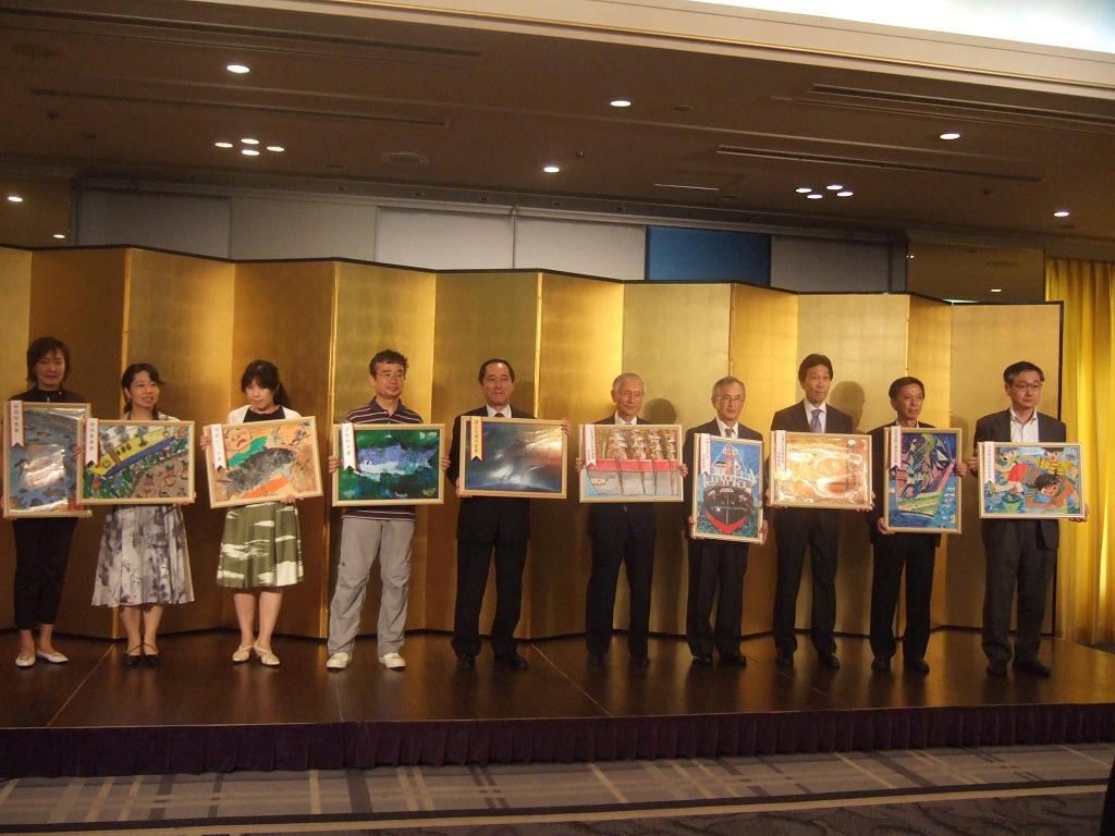 第37回我ら海の�展 団体各賞受賞作品を掲げる贈呈者(団体代表者)たち